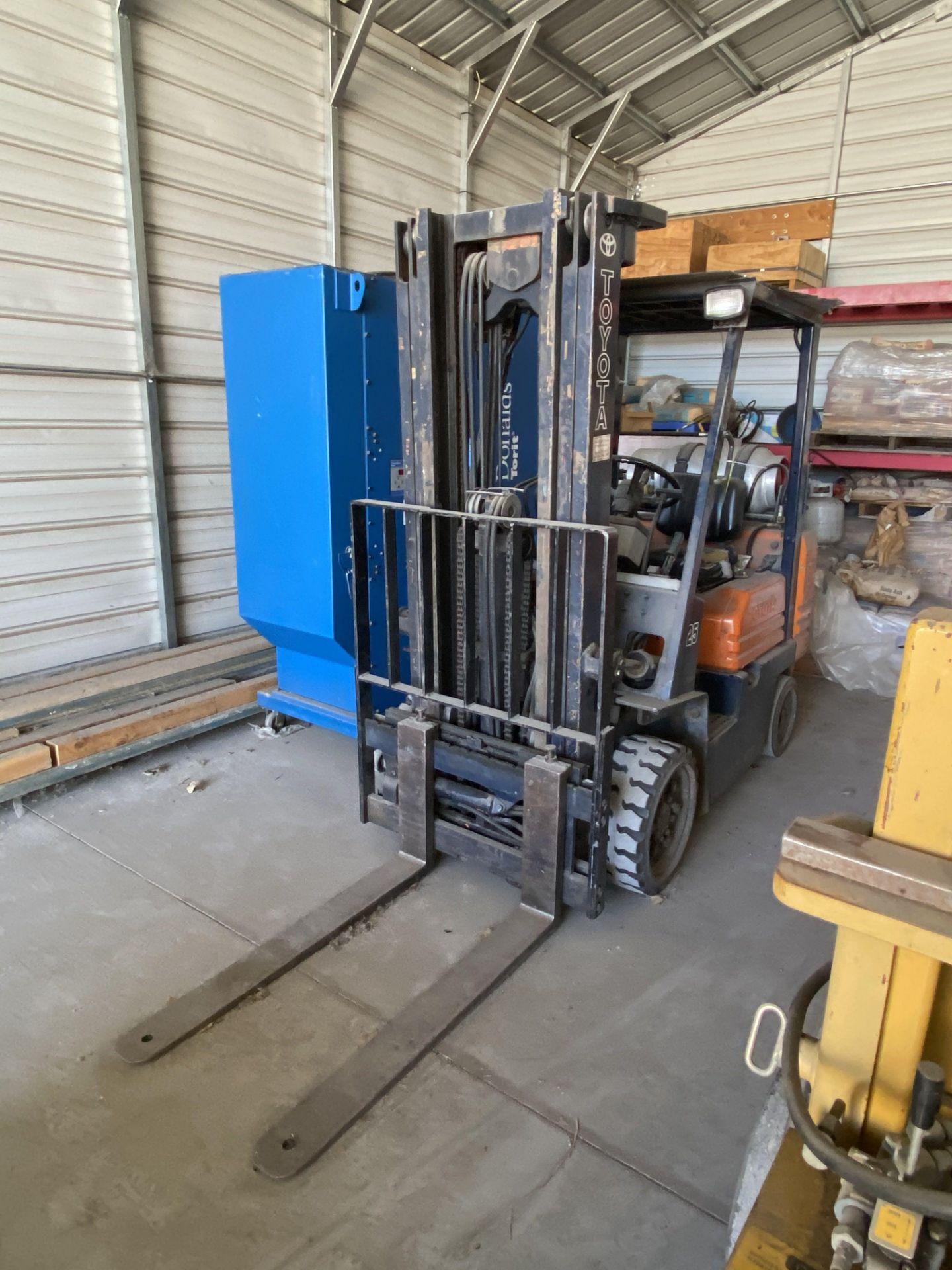 Toyota FD25 Forklift - Image 2 of 2