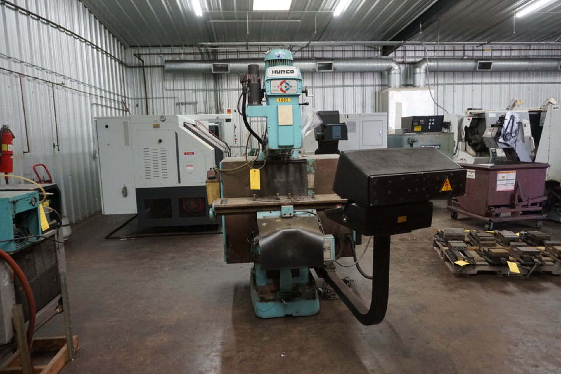 HURCO VERTICAL MILLING MACHINE W/ HURCO ULTIMAX KM-3 CONTROL