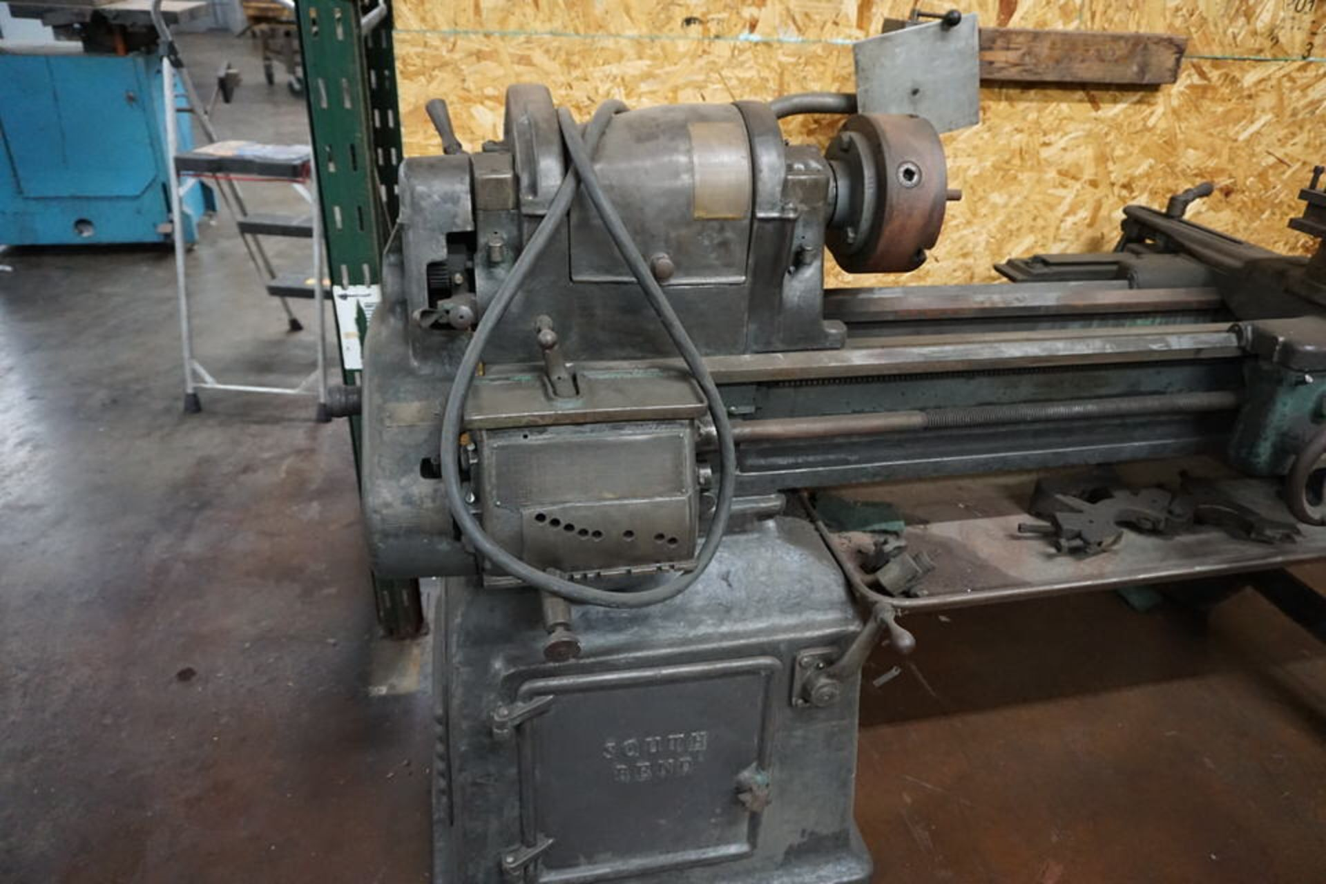 SOUTH BEND MANUAL LATHE W/ 3 JAW CHUCK, TOOPOST & TAILSTOCK - Image 3 of 5