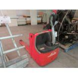 LINDE Electric pallet lift, Mod: EXU20, 24 volts, CAP. 4,400 lbs w/t charger