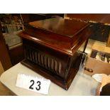 AMPHION TABLE TOP GRAMAPHONE MODEL 5 SER #63063 C/W LRG. QTY RECORDS