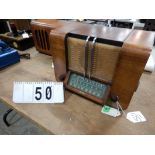 VINTAGE 1940'S RCA VICTOR WOOD CABINET TABLE TOP RADIO; MODEL A-20; SERIAL #3961MULTI-BAND