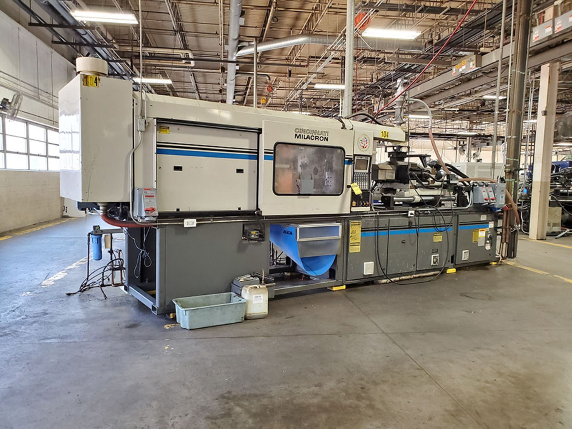 Lot 169 - 1994 CINCINNATI MILACRON 250-TON PLASTIC INJECTION MOLDING MACHINE; MODEL VH-250-13, S/N