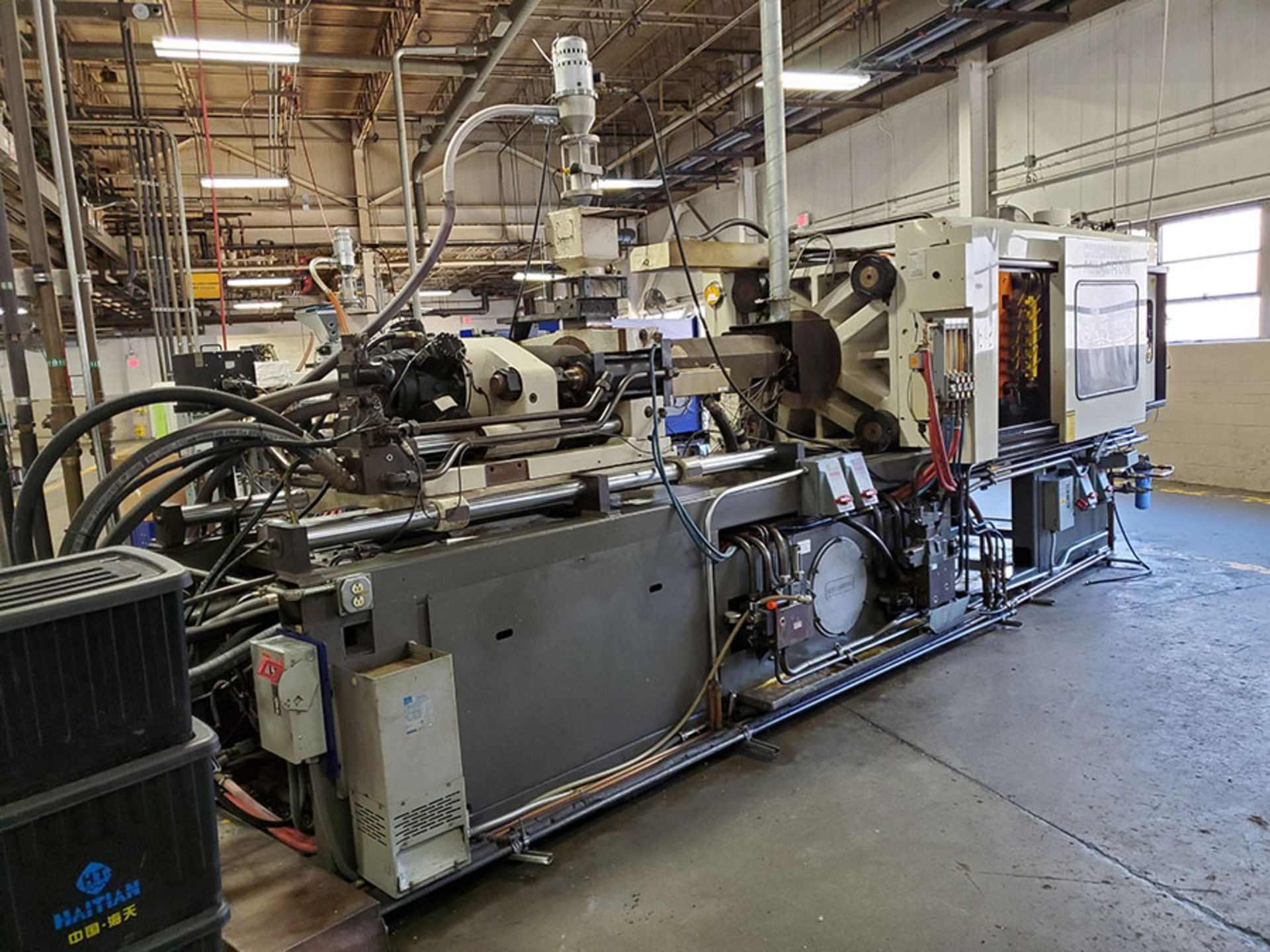 Lot 168 - 1994 CINCINNATI MILACRON 300-TON PLASTIC INJECTION MOLDING MACHINE; MODEL VH-300-21, S/N