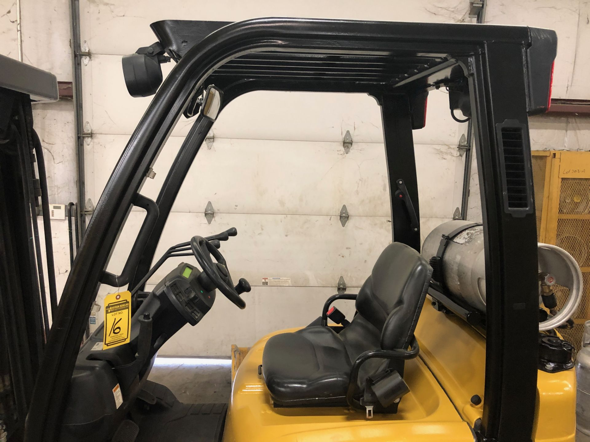 Lot 16 - 2014 YALE 5,000-LB. CAPACITY FORKLIFT, MODEL: GLC050VX, S/N: B910V01755M, LPG, LEVER SHIFT
