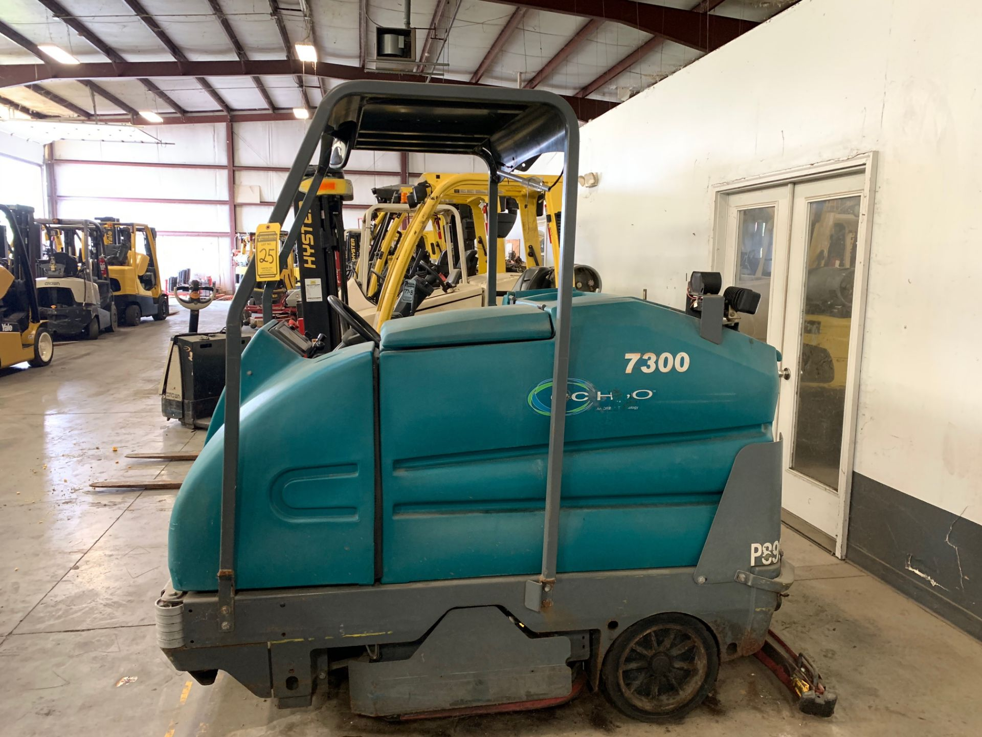 Lot 25 - 2011 TENNANT ELECTRIC FLOOR SWEEPER/SCRUBBER, MODEL: 7300, S/N: 7300-5517, 36-VOLT, 508 HOURS