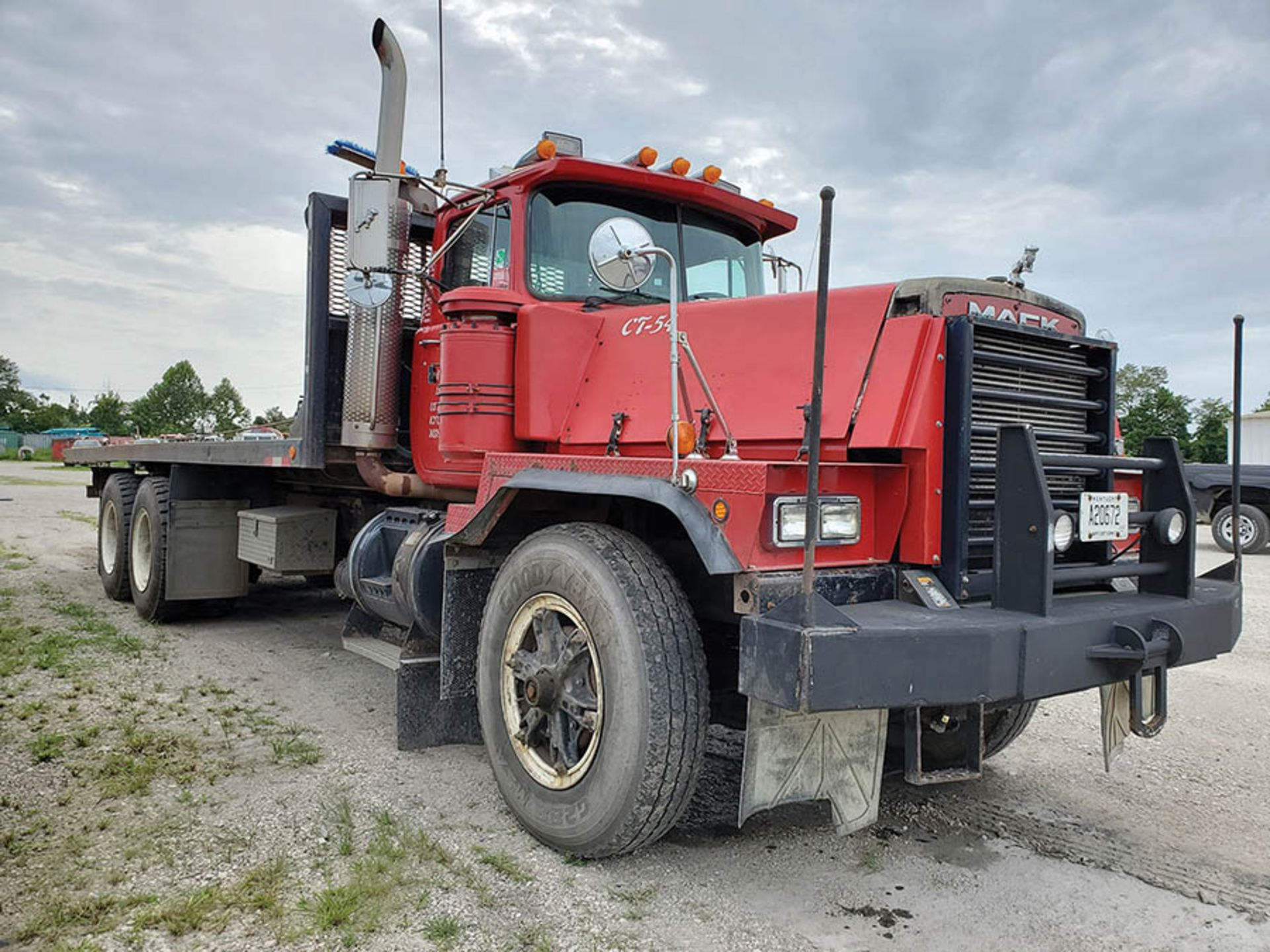 Lot 27 - 1997 MACK RD888 SX ROLL BACK TRUCK, T/A 2 RUFNEK WINCHES, MAXITORQUE ES TRANS, 410,661 MILES, 25'