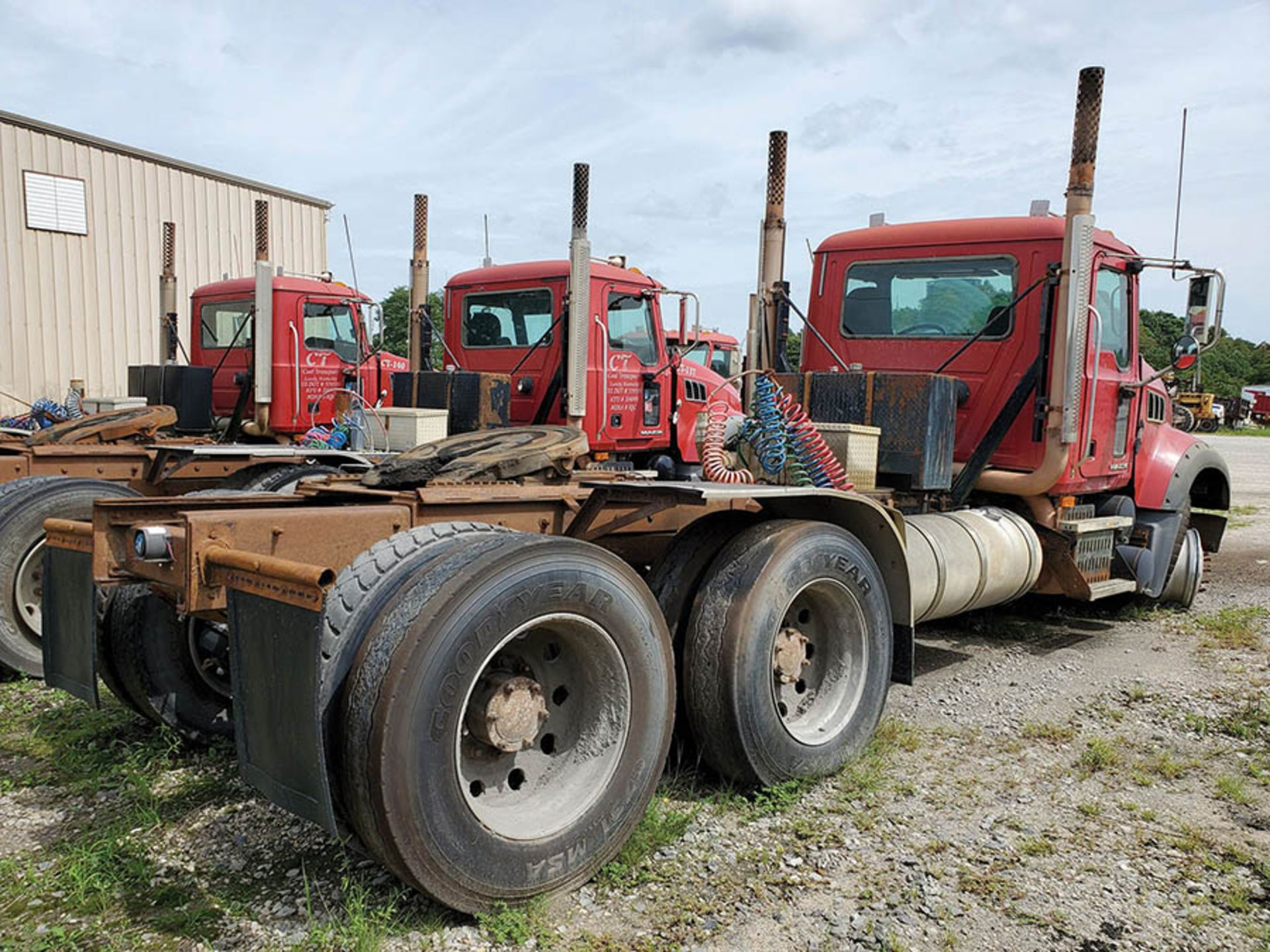 Lot 13 - 2009 MACK GU713 T/A DAY CAB TRACTOR, MAXITORQUE 18 SPEED TRANS., WET LINES MACK INLINE SIX DIESEL
