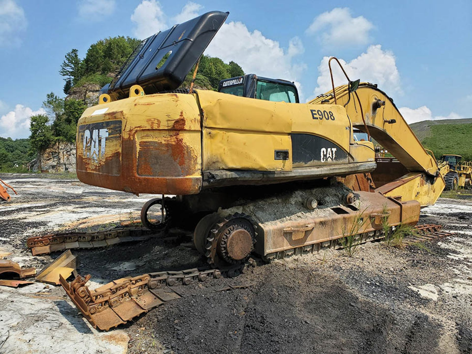 Lot 141 - CATERPILLAR 330DL EXCAVATOR, S/N: CAT0330DCMWP02305, 46'' BUCKET WITH TEETH, 12'10'' STICK, TRACKS