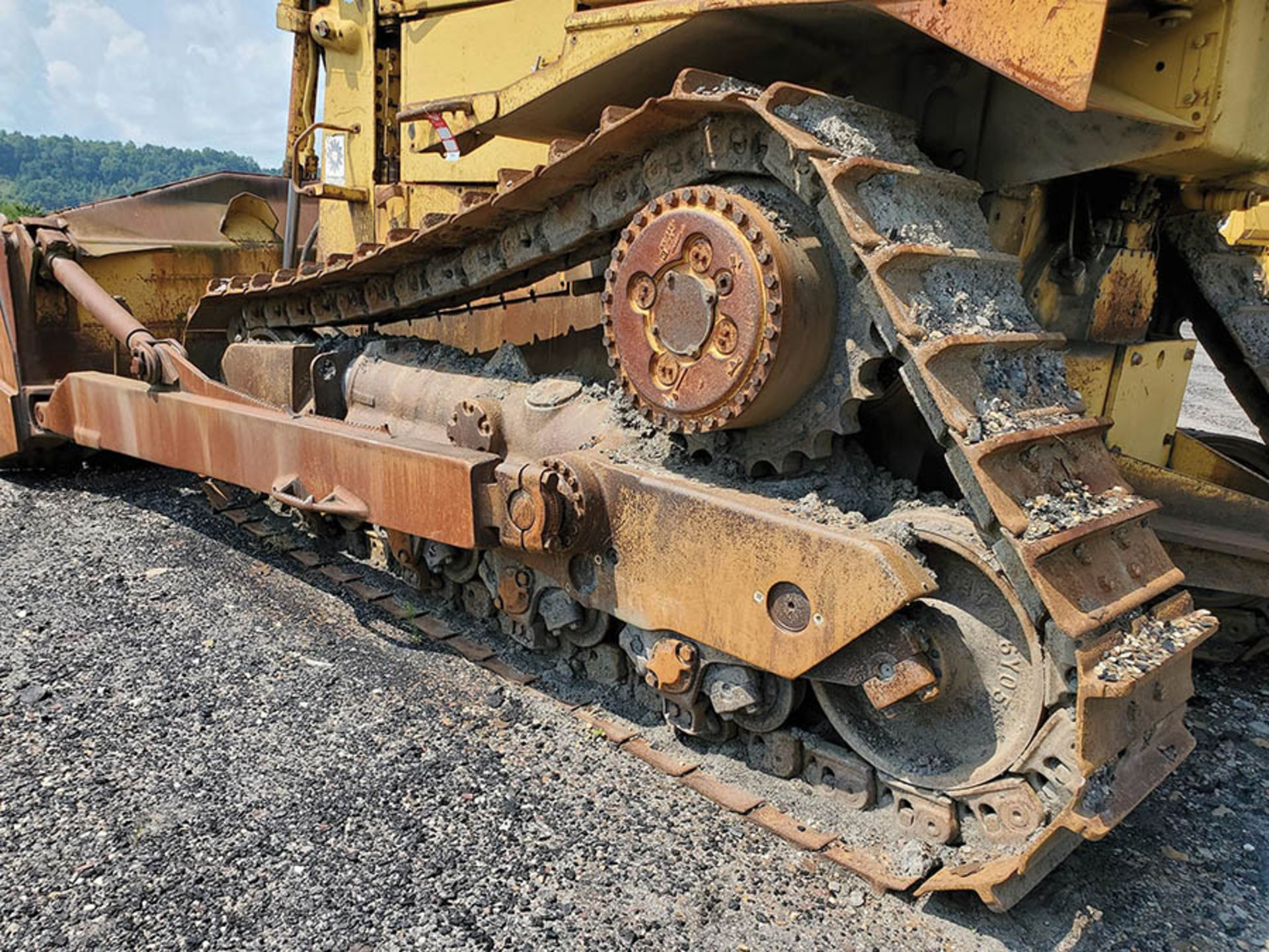 Lot 125 - CATERPILLAR D8N DOZER, 57,577 HOURS SHOWING, 24'' WIDE METAL TRACKS, 154'' WIDE 4-WAY DOZER BLADE,