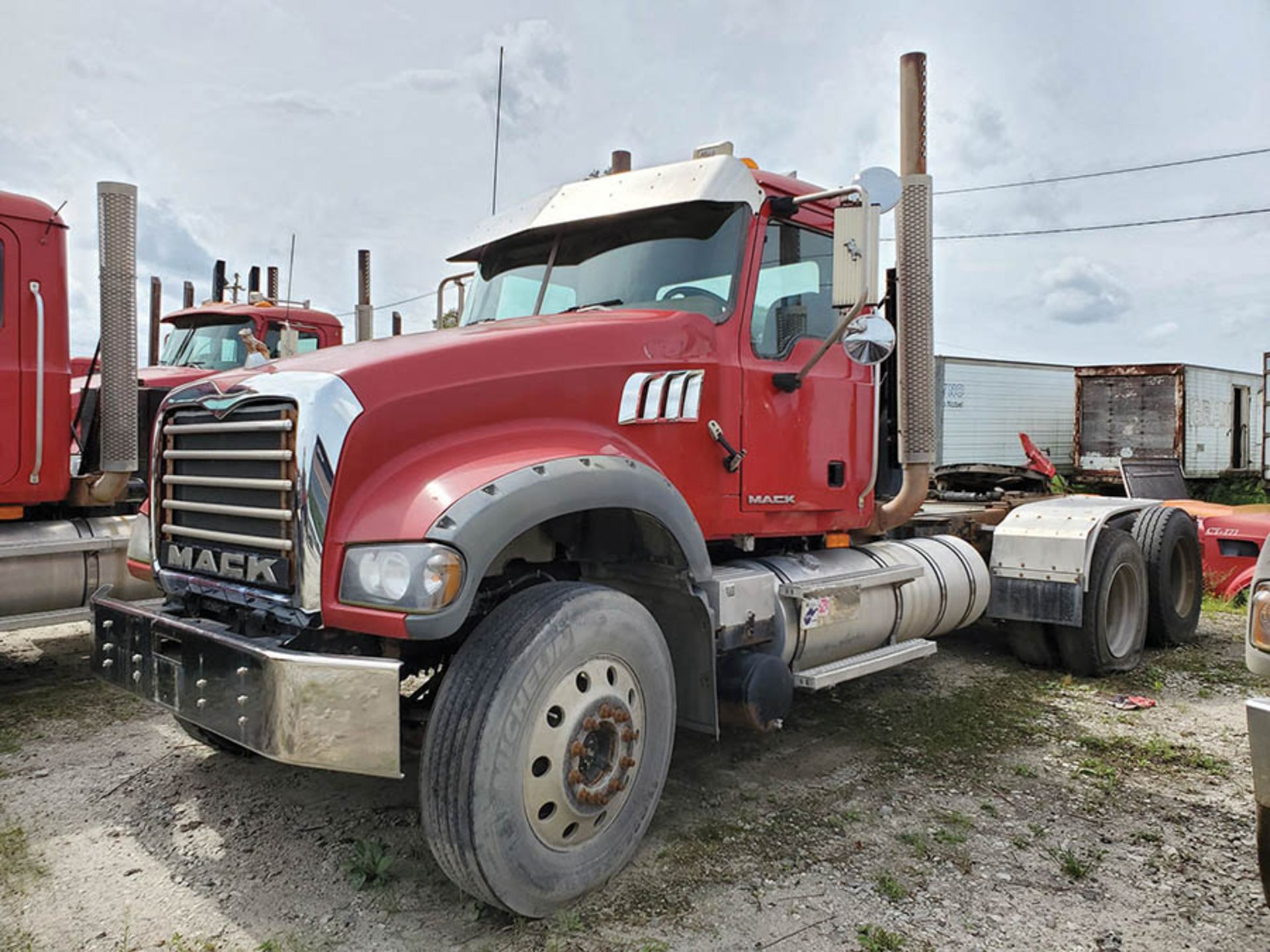 Lot 9 - 2009 MACK GU713 T/A DAY CAB TRACTOR, MAXITORQUE 18 SPEED TRANS., WET LINES MACK INLINE SIX DIESEL