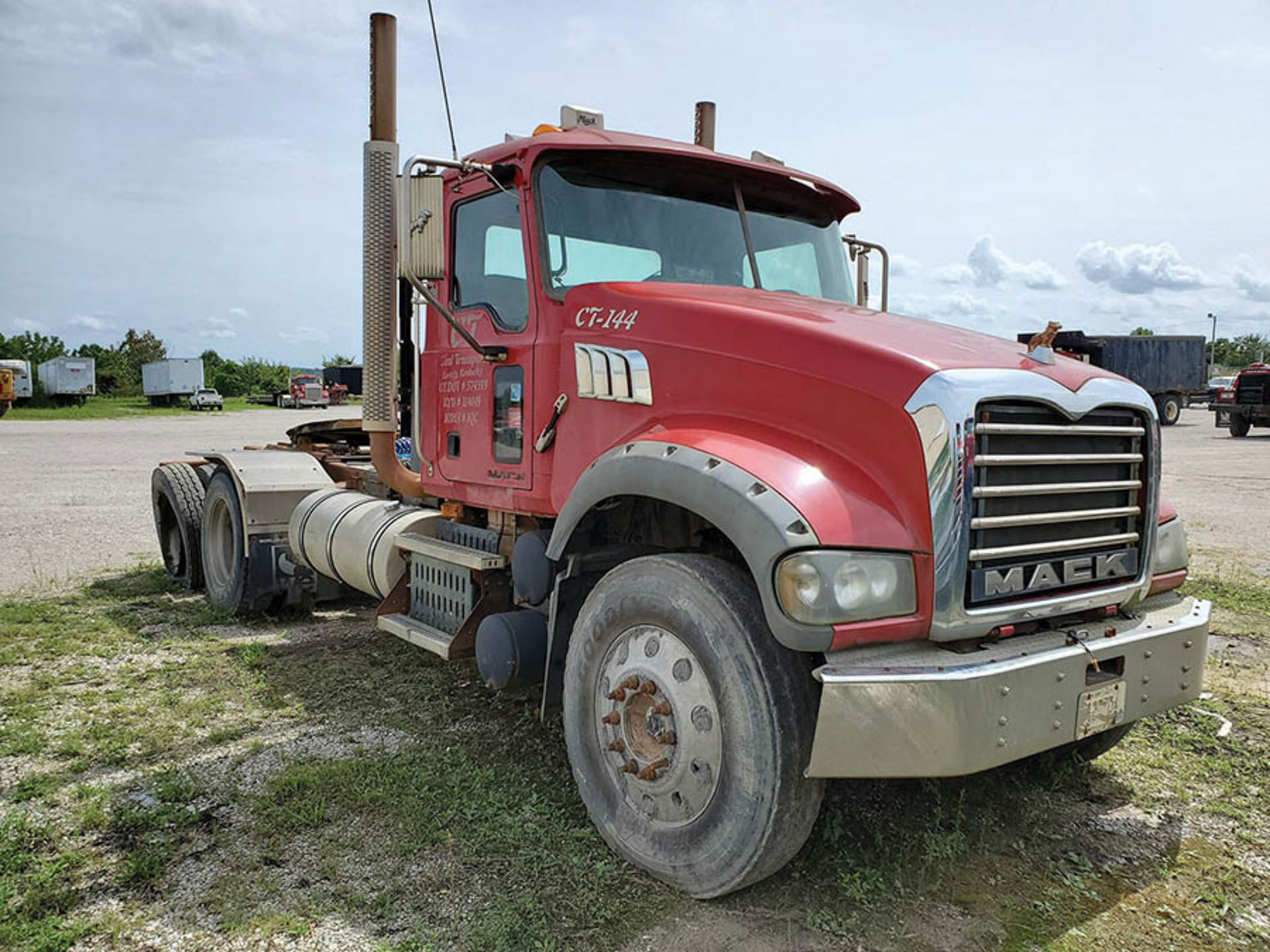 Lot 4 - 2009 MACK GU713 T/A DAY CAB TRACTOR, MAXITORQUE 18 SPEED TRANS., WET LINES MACK INLINE SIX DIESEL