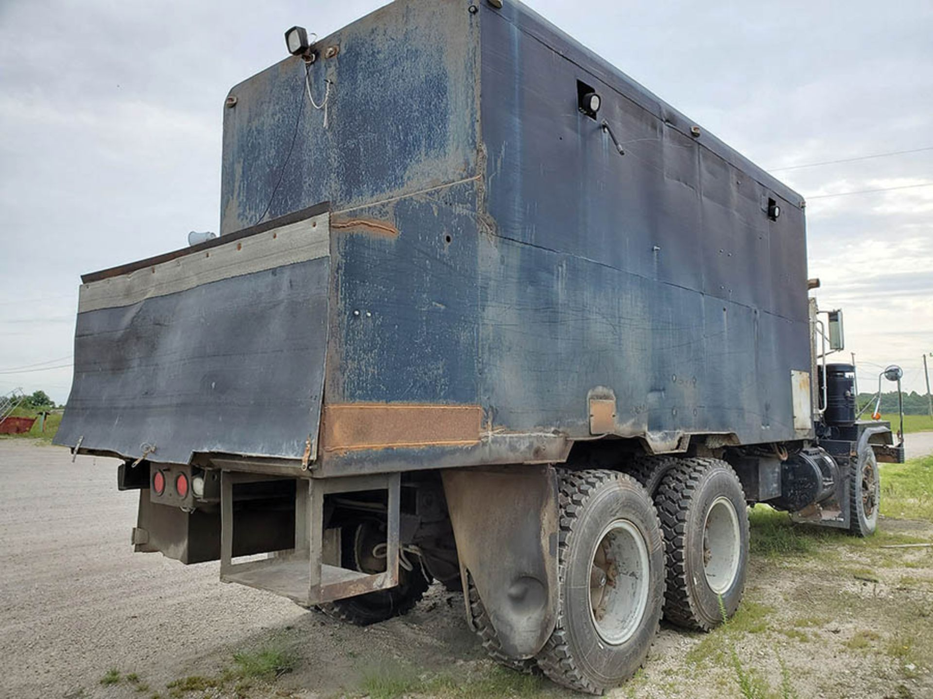 Lot 43 - 1994 MACK RD890 SX T/A LUBE TRUCK, EATON FULLER TRANSMISSION, MACK INLINE SIX ENGINE, 228,302 MILES,