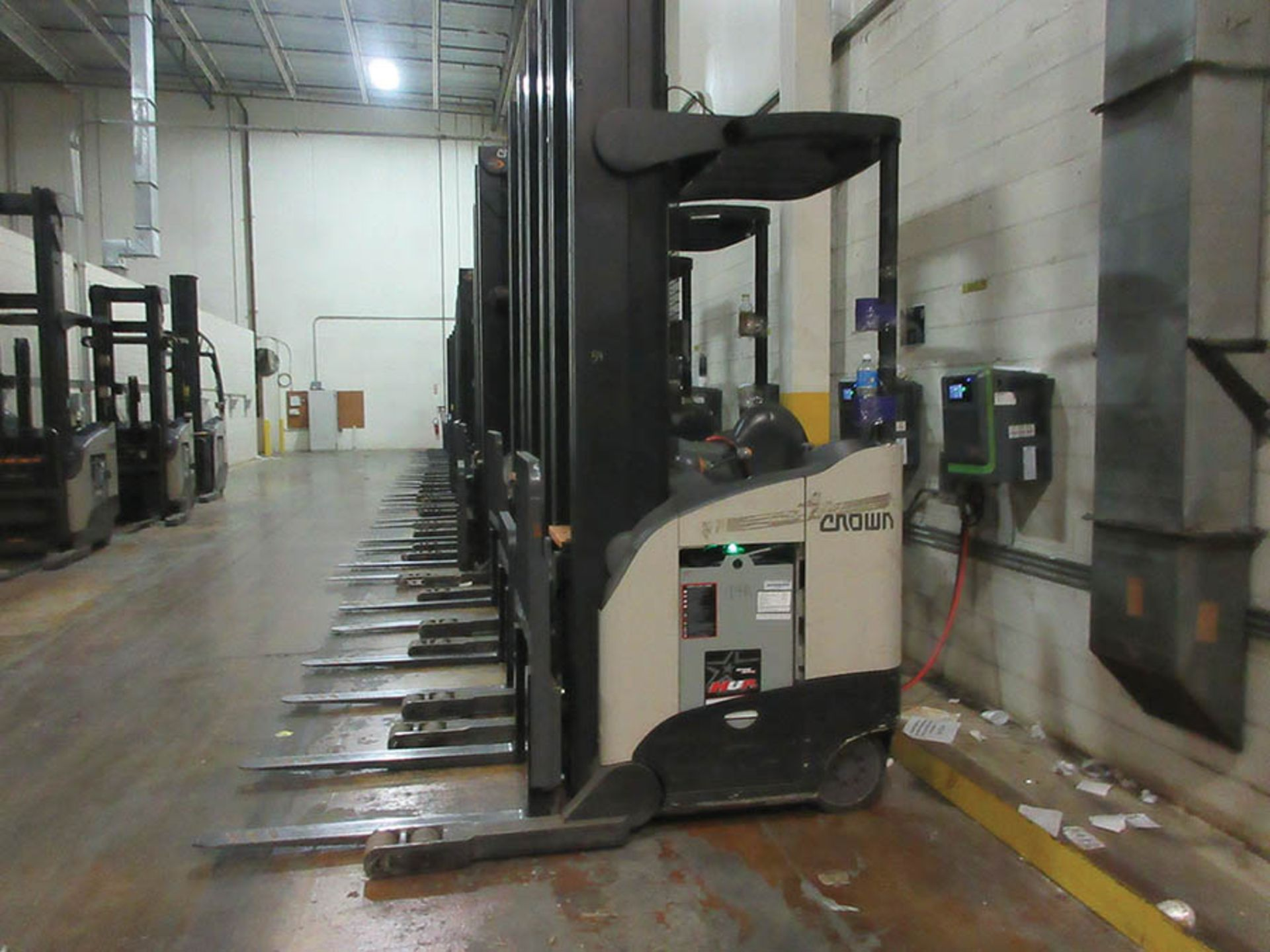 Lot 59 - 2016 CROWN REACH TRUCK, 4,500 LB. CAP., MODEL: RR5725-45, 36V., 140'' MAST COLLAPSED HEIGHT, 321''