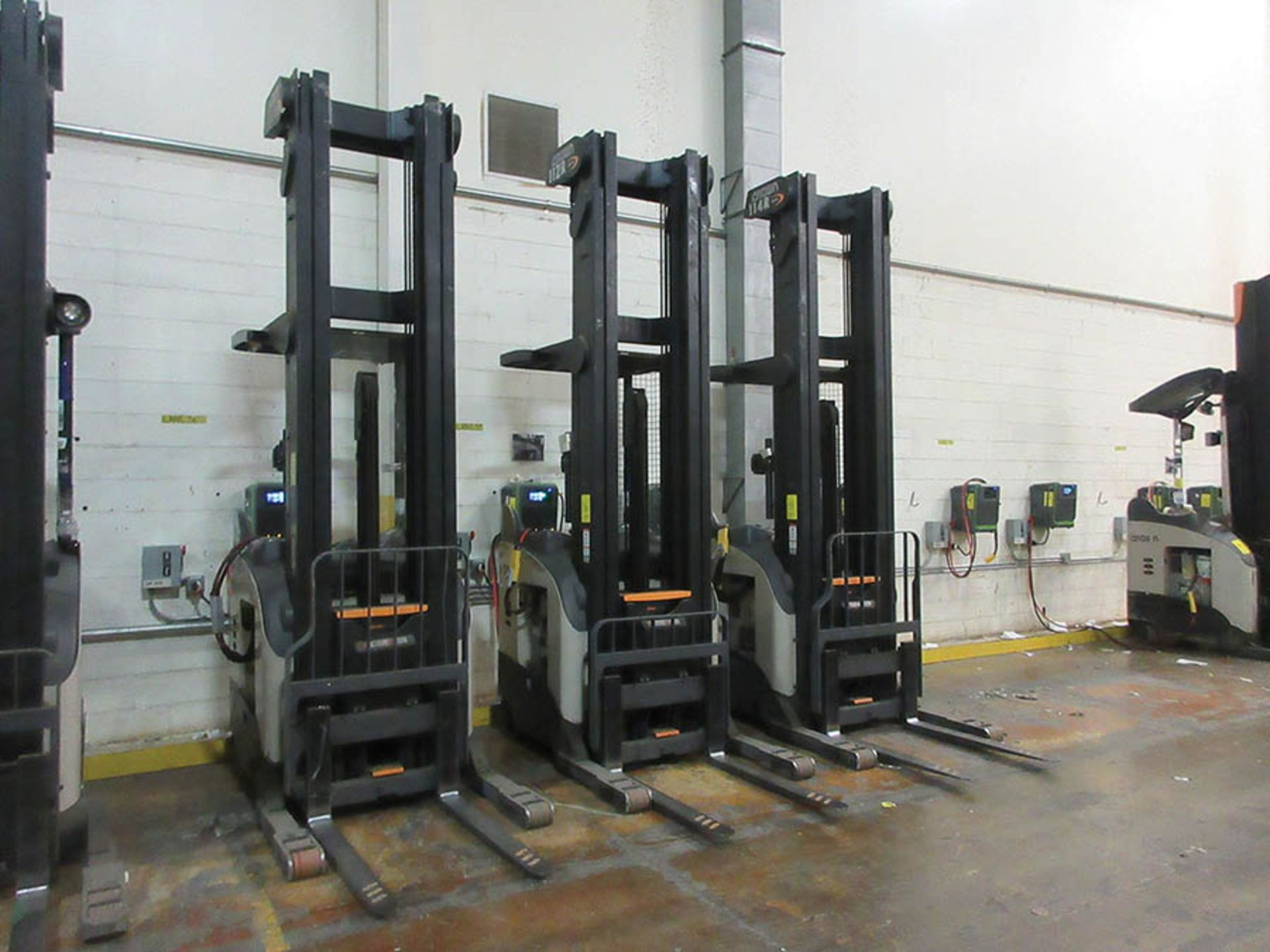 Lot 56 - 2016 CROWN REACH TRUCK, 4,500 LB. CAP., MODEL: RR5725-45, 36V., 140'' MAST COLLAPSED HEIGHT, 321''