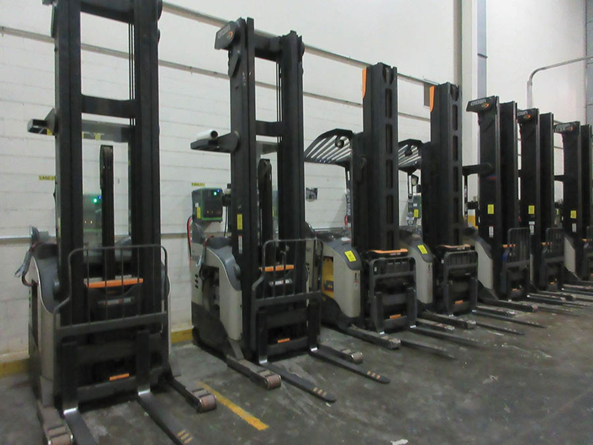 Lot 57 - 2016 CROWN REACH TRUCK, 4,500 LB. CAP., MODEL: RR5725-45, 36V., 140'' MAST COLLAPSED HEIGHT, 321''