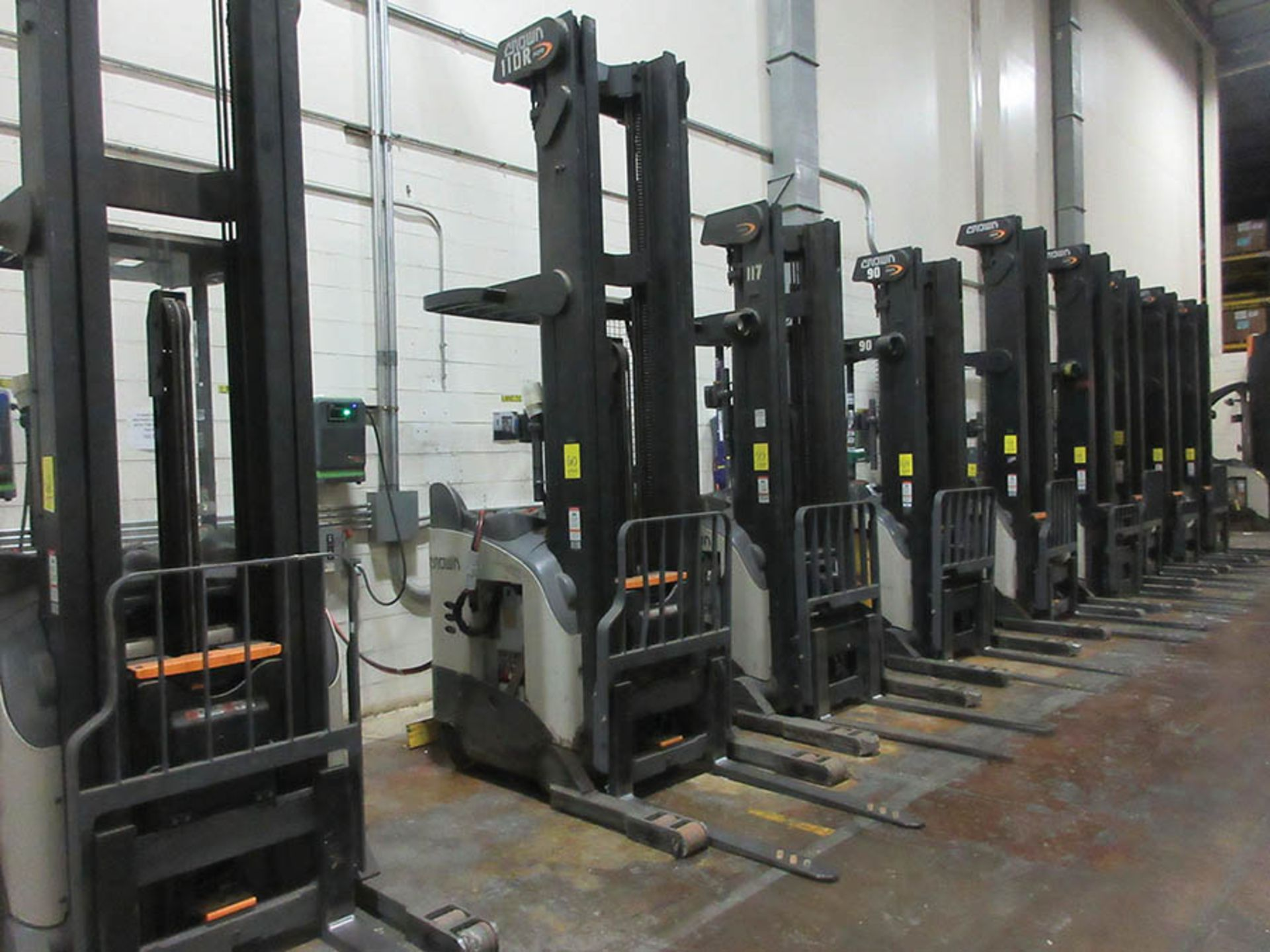 Lot 60 - 2016 CROWN REACH TRUCK, 4,500 LB. CAP., MODEL: RR5725-45, 36V., 140'' MAST COLLAPSED HEIGHT, 321''