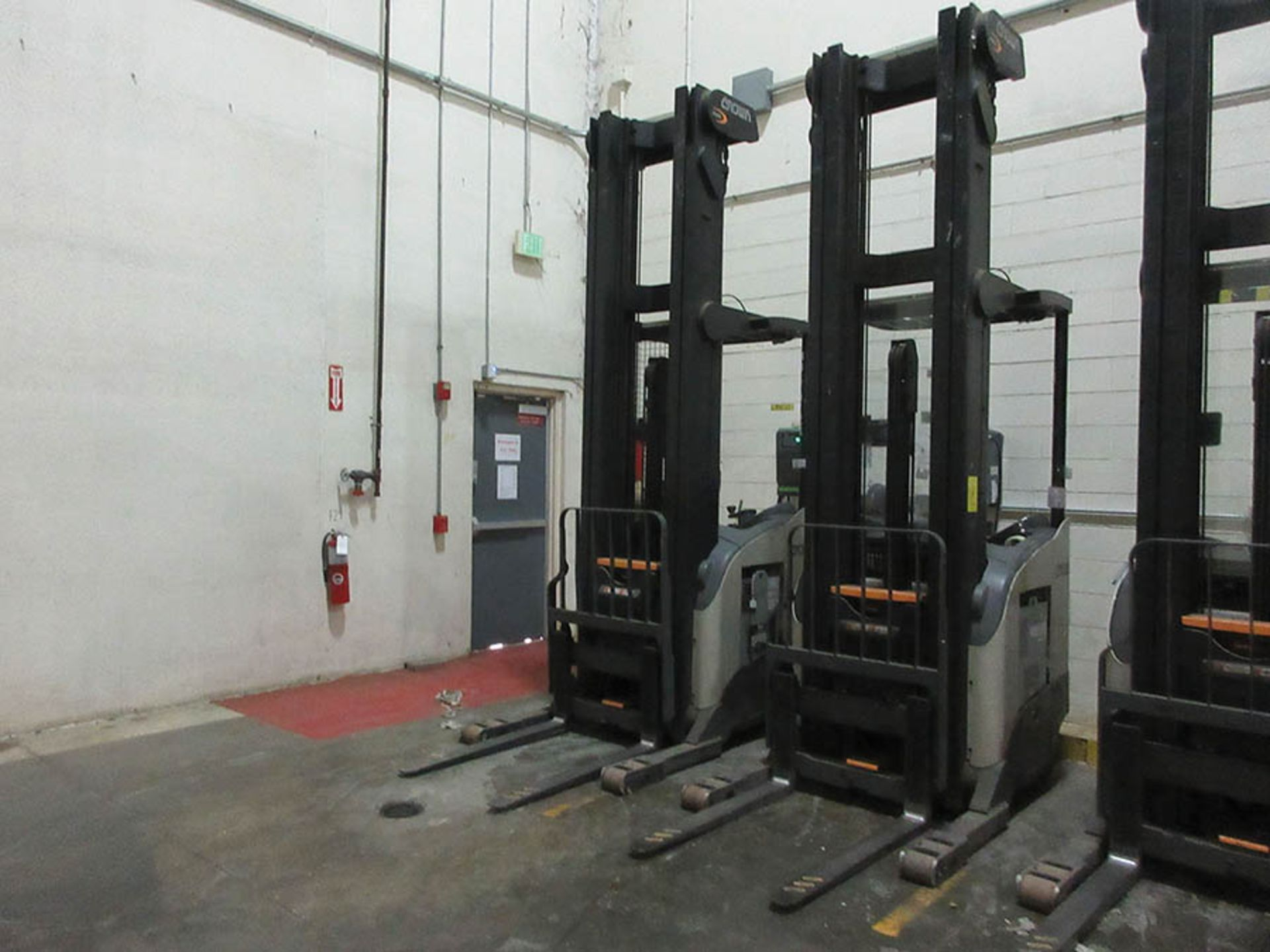 Lot 58 - 2016 CROWN REACH TRUCK, 4,500 LB. CAP., MODEL: RR5725-45, 36V., 140'' MAST COLLAPSED HEIGHT, 321''