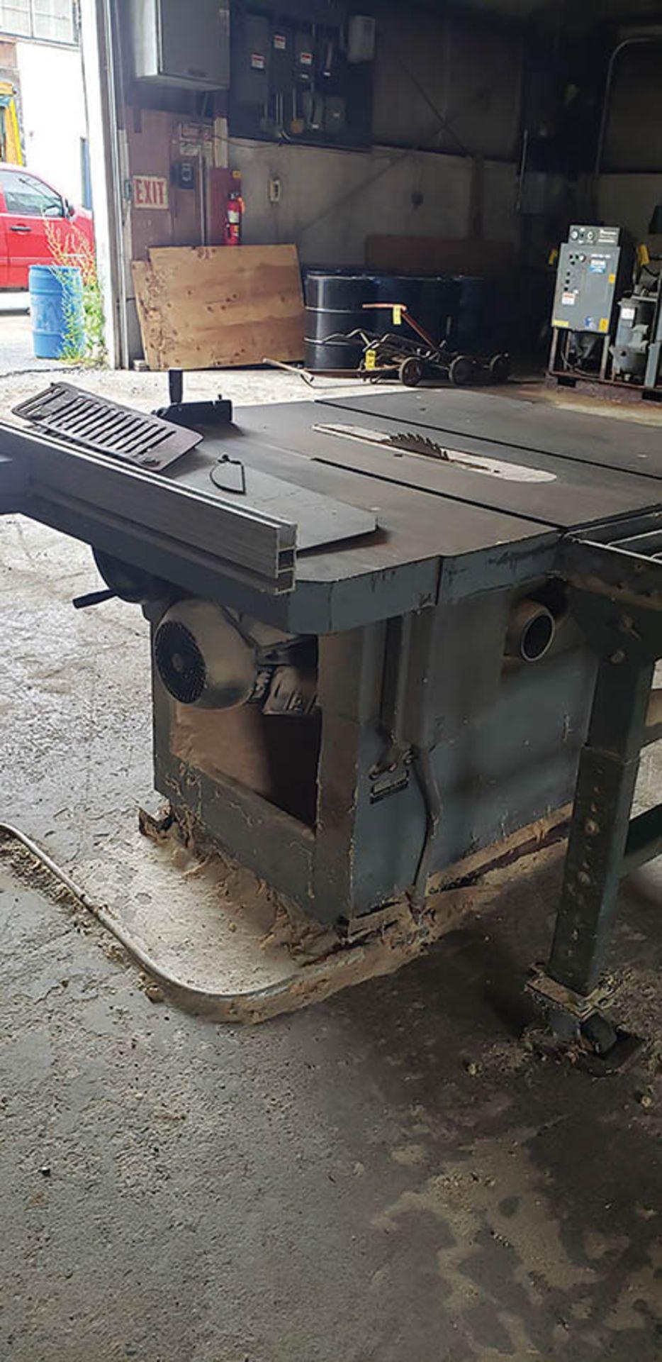 Lot 250 - DELTA RT40 TABLE SAW, 59 1/4'' X 43 1/4'' TABLE, S/N 4035, 2' X 6' CONVEYOR