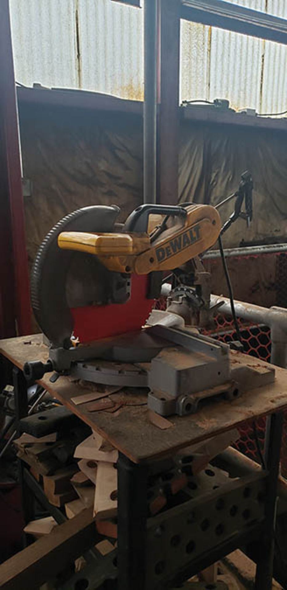 Lot 606 - DELTA 17-900 DRILL PRESS, S/N 9348, JET 6'' BENCH GRINDER JBG6A & DEWALT COMPOUND MITER SAW (