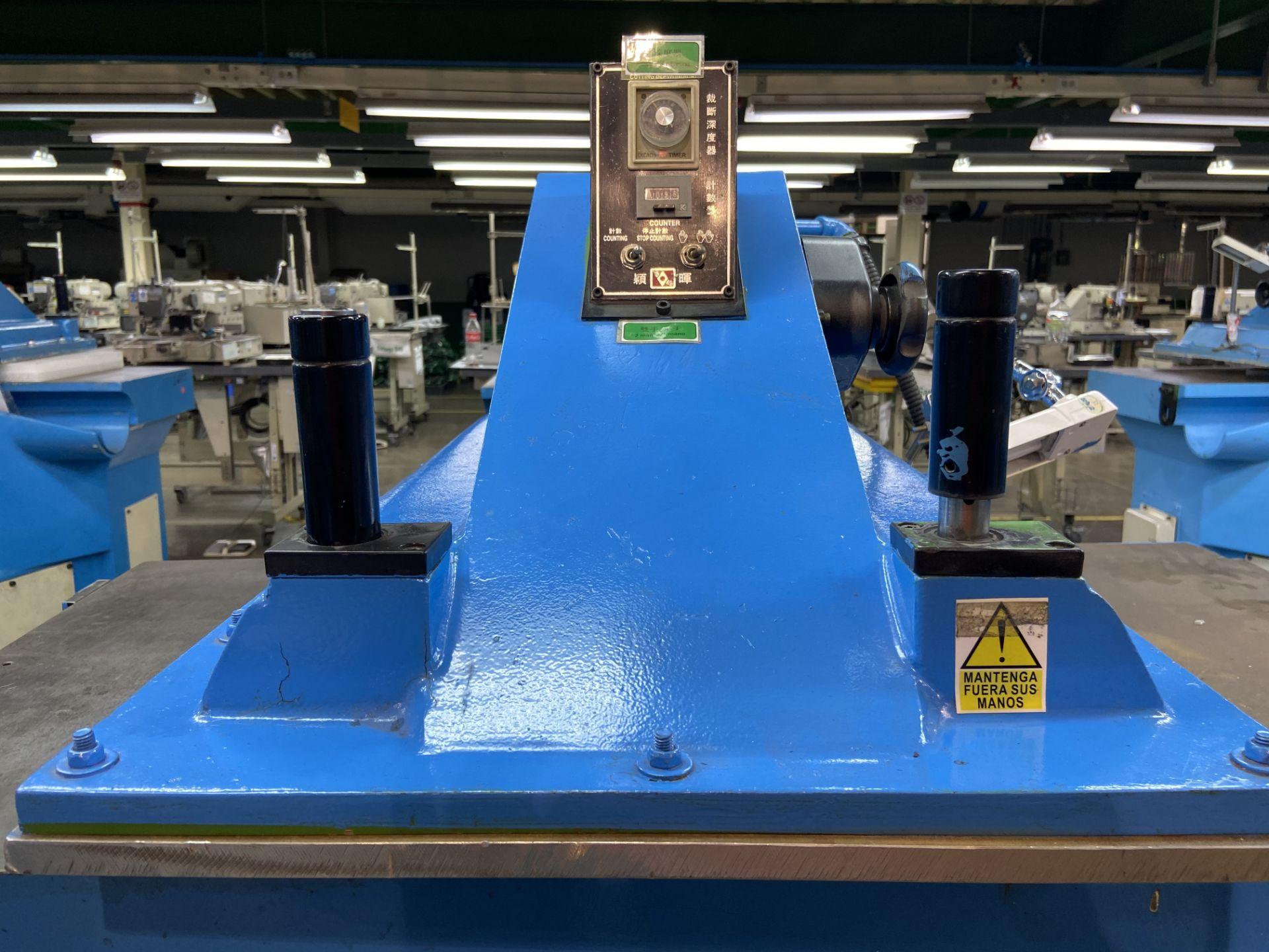 Lot 18 - (2) Prensas de corte hidráulica de brazo oscilante, marca Ying Hui Machine, Modelo: YG-520