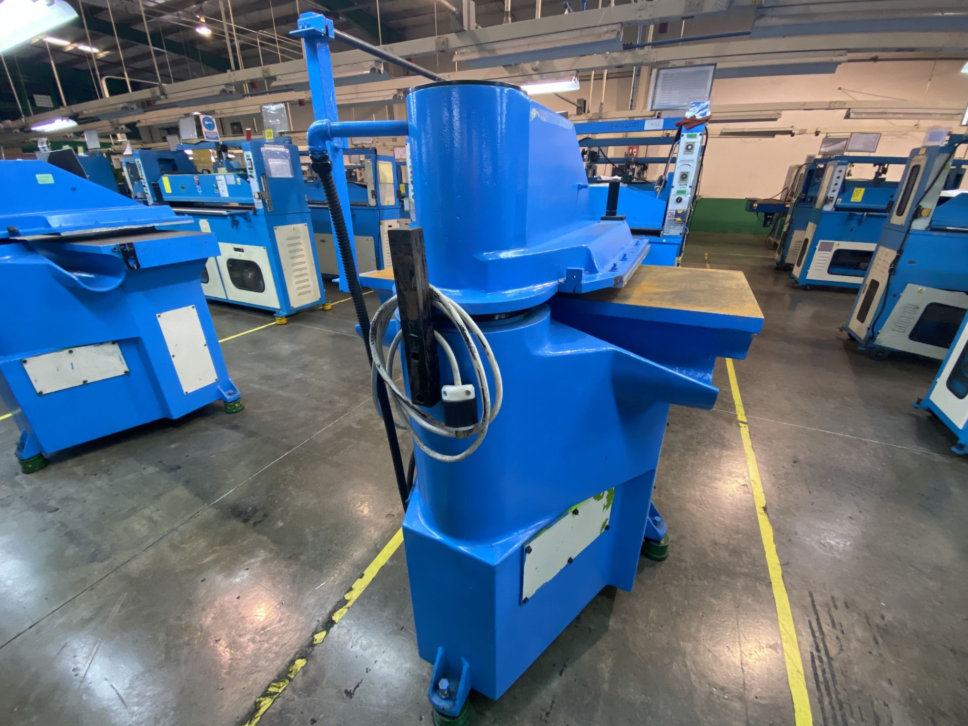 Lot 19 - (2) Prensas de corte hidráulica de brazo oscilante, marca Ying Hui Machine, Modelo: YG-520
