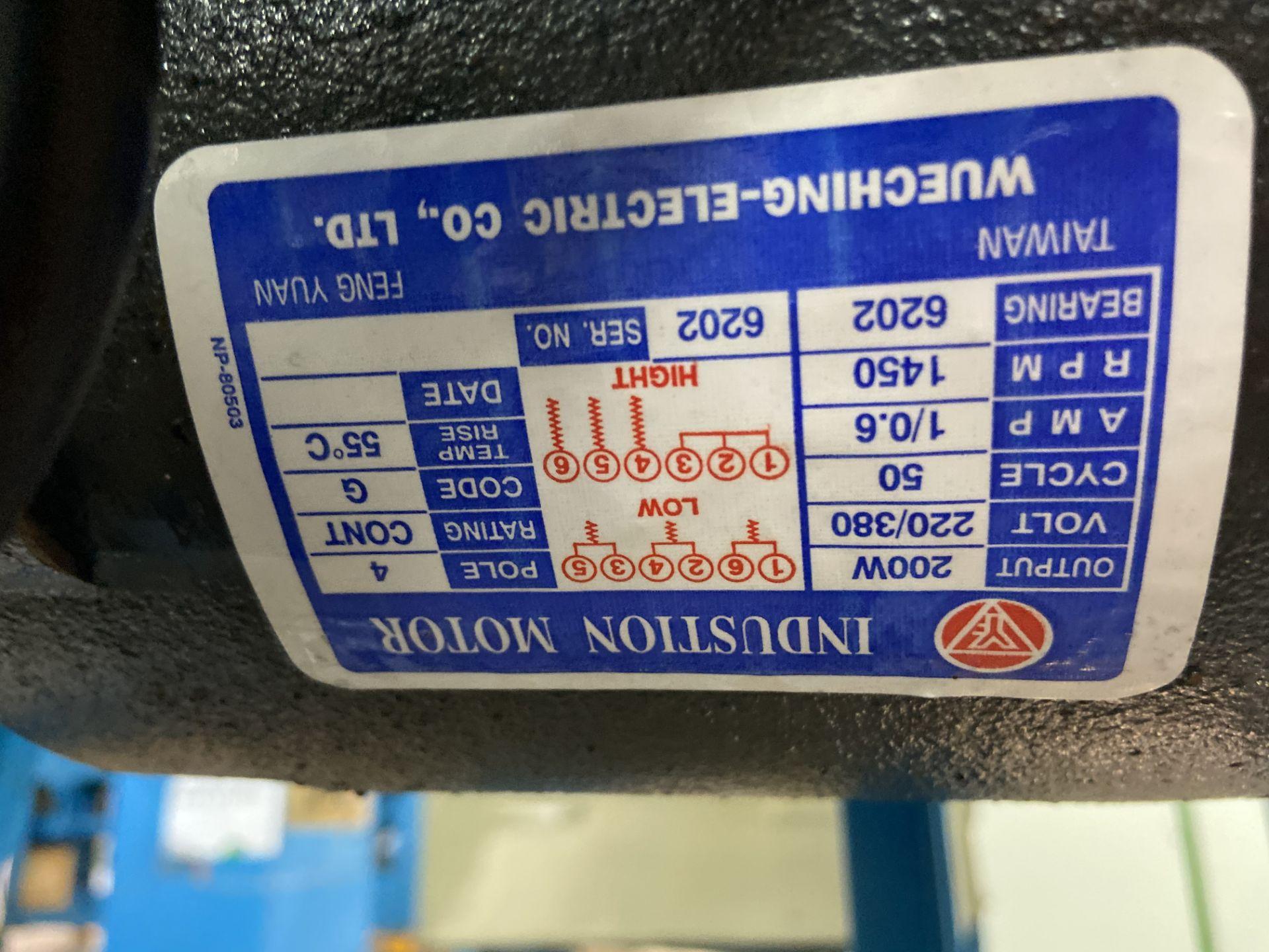 Lot 25 - Prensa de grommet marca Ho Hung Ming Enterprises