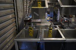 Lote de tres lavamanos en acero inoxidable con llaves mezcladoras