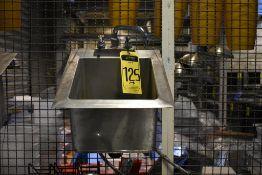Lote de tres lavamanos en acero inoxidable con llaves mezcladoras, Activos: 004100, 004003