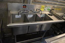 Tarja triple en acero inoxidable con dos llaves mezcladoras, medidas: 125 x 55 x 90 cm