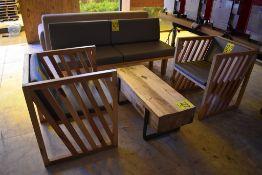 Sala tipo lounge que incluye un sillón de tres plazas en madera, dos sillones de madera