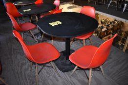 Cuatro mesas cuadradas en melamina con estructura metálica (80 x 75 cm)