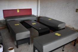 Sala tipo lounge que incluye un sillón de tres plazas, tres taburetes y mesa de centro
