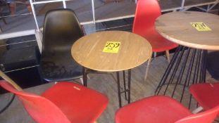 Dos mesas circulares de madera con base metálica (54 x 74 cm) con tres sillas de polipropileno