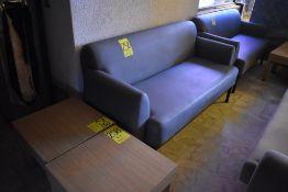 Dos sofás de tres plazas en tela pliana color gris y dos mesas esquineras en melamina