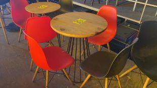 Dos mesas circulares de madera con base metálica (64 x 79 cm) con seis sillas de polipropileno