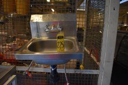 Lote de tres lavamanos en acero inoxidable, 2 sin llaves mezcladoras, Activos: 004058.