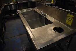 Tarja triple en acero inoxidable con una llave mezcladora, medidas: 140 x 60 x 90 cm