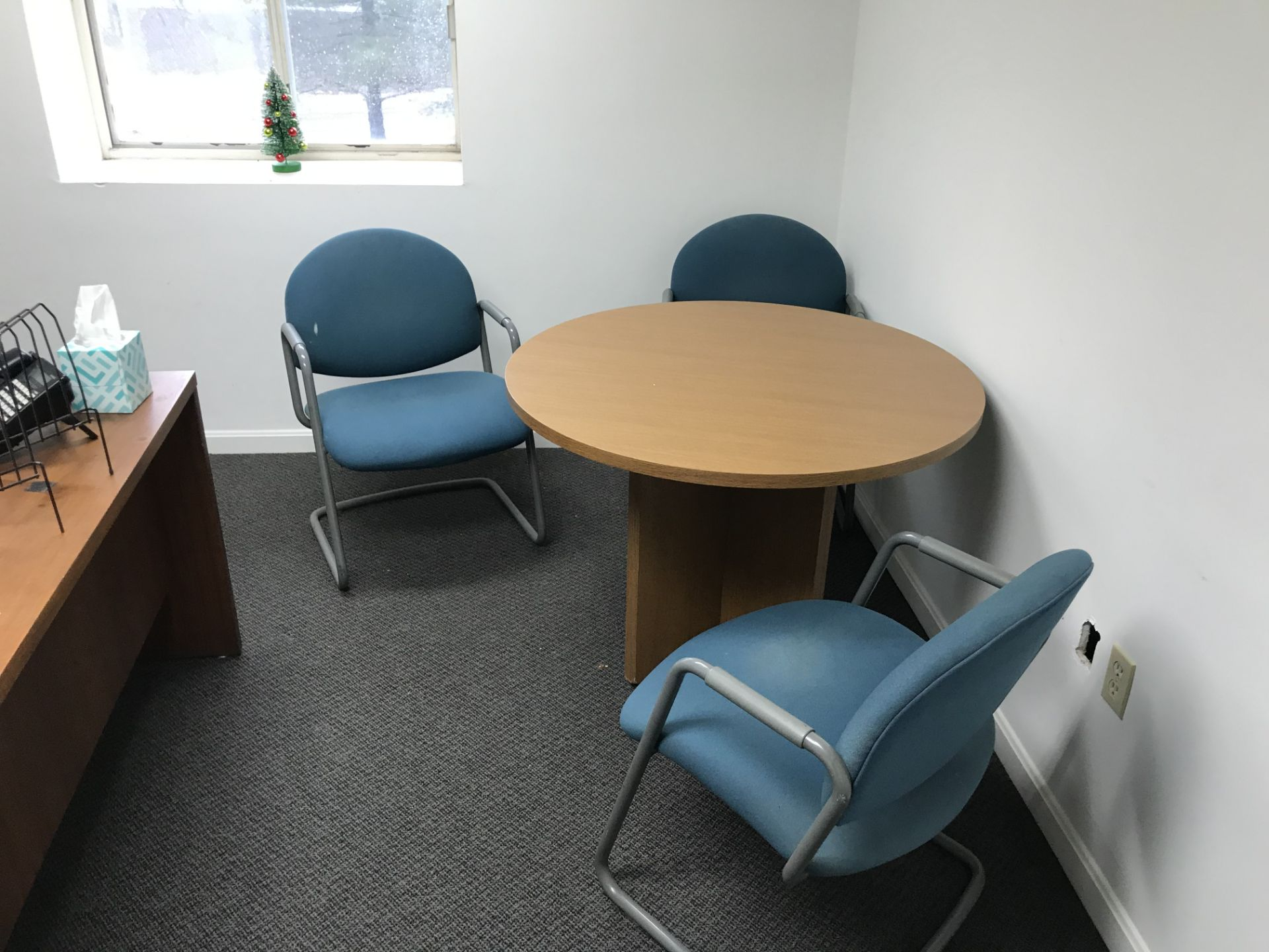 Lot 13 - {LOT} In Office c/o: Desk, Table, Chairs, HP All in One (NO RECORDS & NO PHONE)