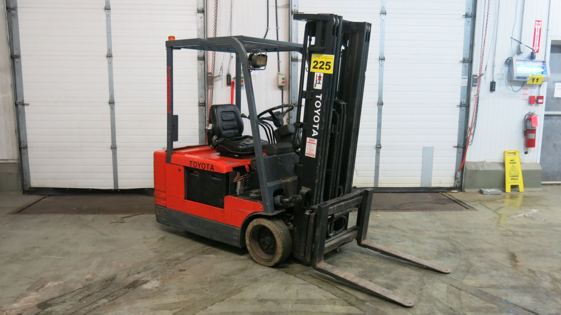 """Lot 225 - TOYOTA, 5FBE20, 3,450 LBS., 3-WHEEL, ELECTRIC FORKLIFT WITH SIDESHIFT, 189"""" MAXIMUM LIFT,"""