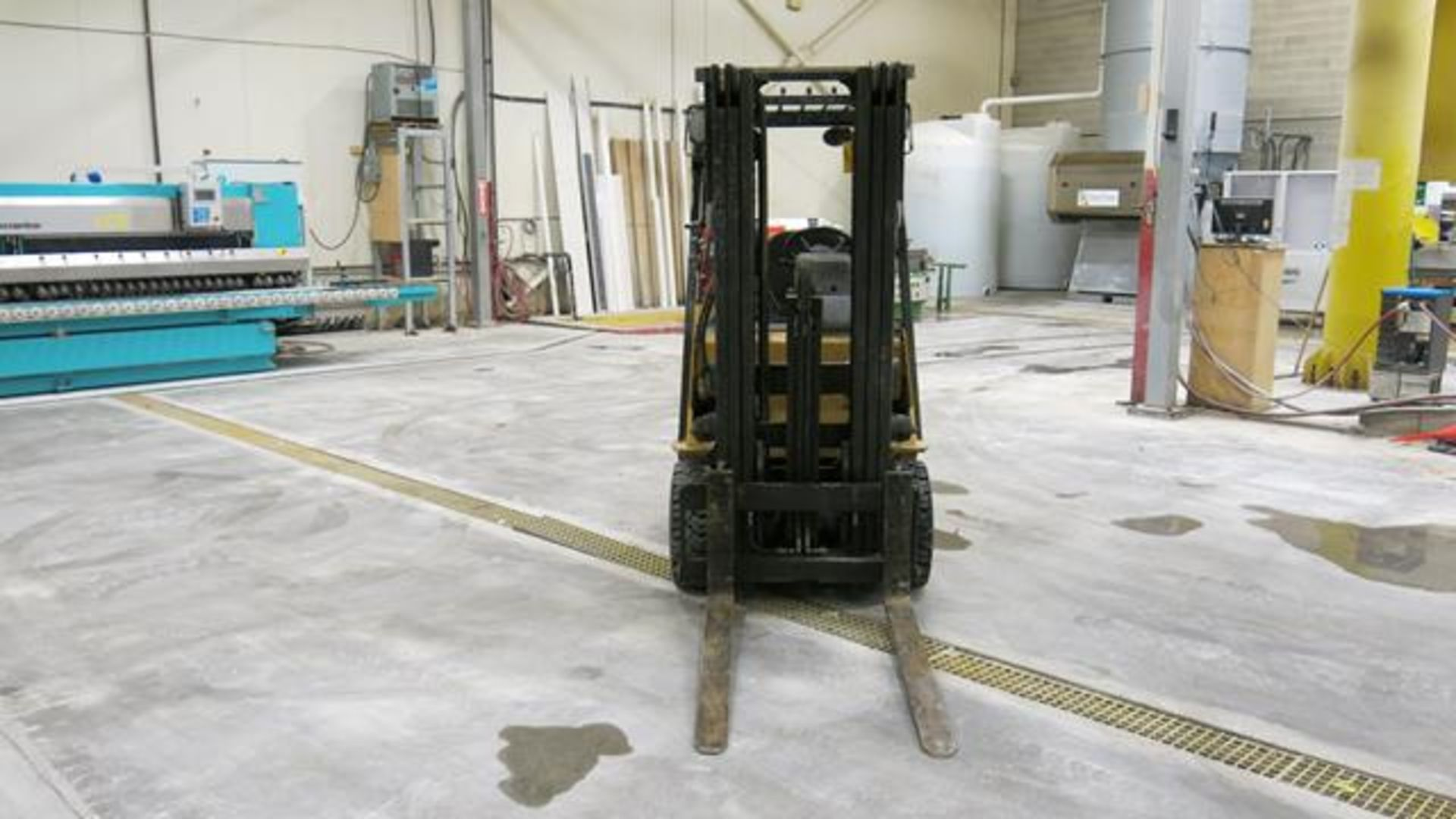 """Lot 910 - CATERPILLAR, 2C5000, 4,750 LBS., 3 STAGE LPG FORKLIFT WITH SIDESHIFT, 187"""" MAXIMUM LIFT"""