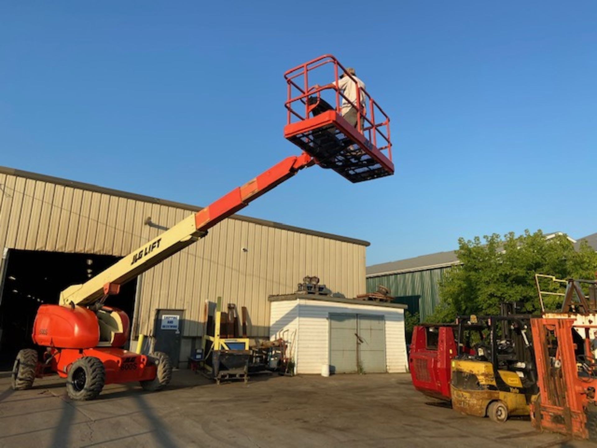 Lot 3 - MINT JLG model 600S Boom Lift with 60' platform height with 4x4 NICE MACHINE with LOW hours