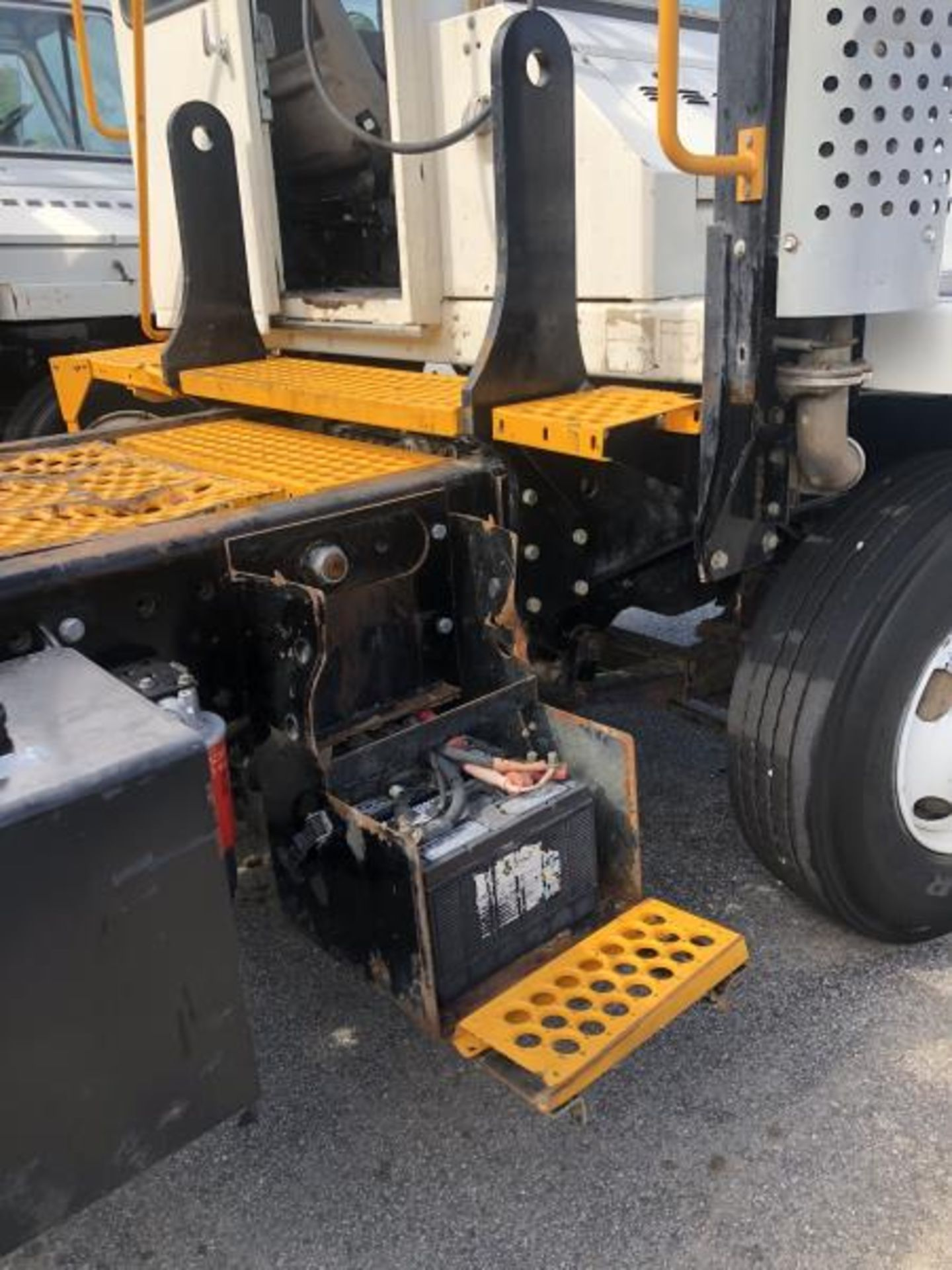 2015 Kalmar Ottawa 4x2 Yard Truck , SN: 338837 3,239.3 Hours, 3,125 Miles - Image 14 of 32