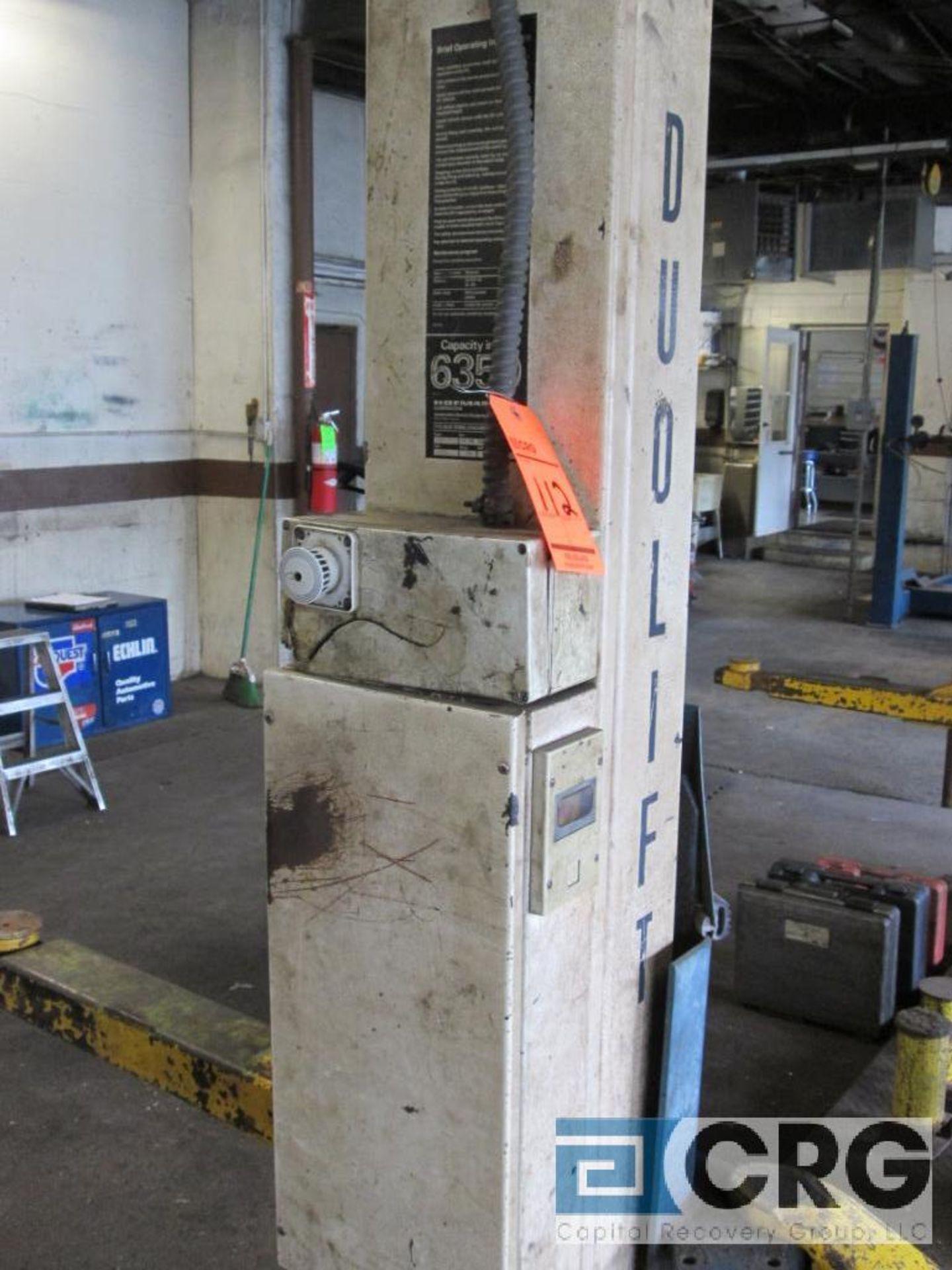 Duolift 2 post hydraulic auto lift, type GE 2.5, No. 10 84 15696, 6.350 lb. cap., 220V, 20 amp, 3. - Image 2 of 3