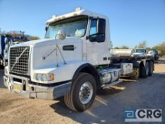 2004 Volvo VNT T/A Roll Off Truck