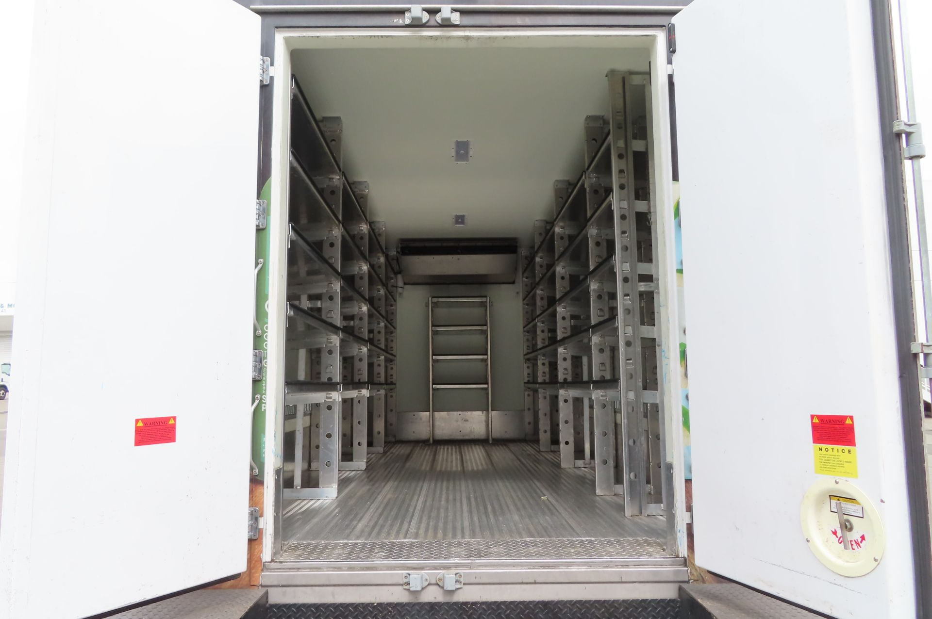 2019 Isuzu refrigerated truck - Image 5 of 9