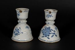 Arte Cinese A pair of bell shaped blue and white porcelain incense stick holders China, Qing, 17th