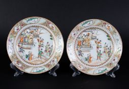 Arte Cinese A pair of Canton porcelain dishes enamelled with characters China, 19th century .