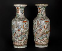 Arte Cinese A pair of poychrome porcelain vases painted with characters and bearing a Chenghua four