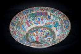 Arte Cinese A Canton porcelain basin enamelled with characters and flowers China, Qing dynasty, 19t